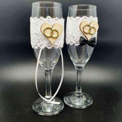 Esküvőre pezsgős poharak ekrü rózsás díszítéssel