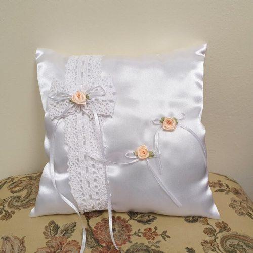 Gyűrűpárna fehér szatén - barack színű rózsákkal