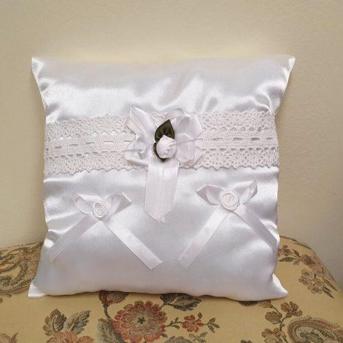 Gyűrűpárna fehér szatén - csipkével és fehér virággal